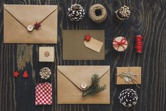 Julpacke Julkort-, gåva- och julgarnering på trätabellen, bästa sikt arkivbild