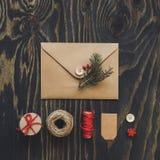Julpacke Julkort-, gåva- och julgarnering på trätabellen, bästa sikt arkivbilder