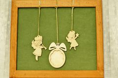 Julpanel Tappningträstatyetter av änglar med röret och stjärna och träjulgranleksak på grön bakgrund i brunt arkivfoton