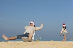 Julpar på en strand arkivfoton