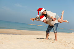 Julpar på en strand Royaltyfri Bild
