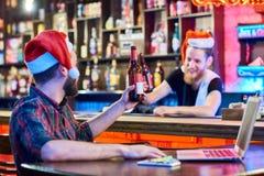 Julparti i bar royaltyfria bilder