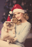 Julparti, kvinna för vinterferier med katten nytt år för flicka Royaltyfri Bild