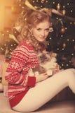 Julparti, kvinna för vinterferier med katten nytt år för flicka Royaltyfri Fotografi
