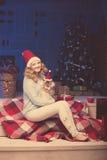 Julparti, kvinna för vinterferier med katten nytt år för flicka Arkivbild