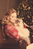 Julparti, kvinna för vinterferier med katten nytt år för flicka Fotografering för Bildbyråer