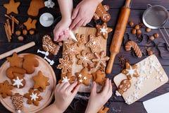 Julpepparkaka Bästa sikt på tabellen med stekheta redskap Arkivfoton