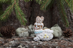 Julpepparkaka i form av en hare på en bakgrund av a Arkivbild