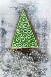 Julpepparkaka i form av ettträd royaltyfria bilder