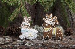 Julpepparkaka i form av hjortar och en hare Fotografering för Bildbyråer