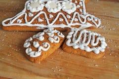 Julpepparkaka som dekoreras med den vita isläggninglögnen royaltyfria foton