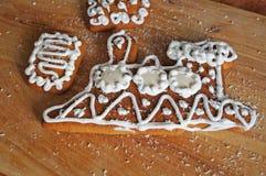Julpepparkaka som dekoreras med den vita isläggninglögnen royaltyfria bilder
