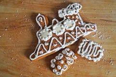 Julpepparkaka som dekoreras med den vita isläggninglögnen arkivbilder