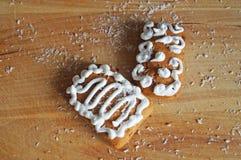 Julpepparkaka som dekoreras med den vita isläggninglögnen royaltyfri foto