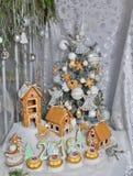 julpepparkakafönsterrutor semestrar husförberedelser som sätter treeskvinnan Royaltyfri Bild