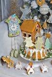 julpepparkakafönsterrutor semestrar husförberedelser som sätter treeskvinnan Royaltyfri Fotografi