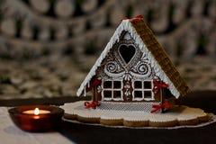 julpepparkakafönsterrutor semestrar husförberedelser som sätter treeskvinnan Arkivbild
