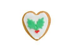 Julpepparkakahjärta med isolerade röda bär Arkivfoto