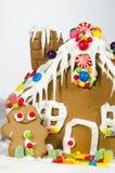 Julpepparkakahus och man Arkivbilder