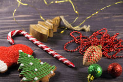 Julpepparkakakakor, dekor och godis på en träbakgrund Arkivbild