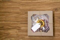 Julpepparkakakakor i en gåvaask Arkivfoton
