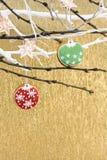 Julpepparkakakakor med ferieljus royaltyfri bild