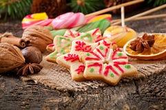Julpepparkakakakor och klubbor Arkivfoton