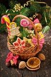 Julpepparkakakakor och klubbor i en korg Arkivfoto