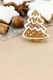 Julpepparkakakakor och muttrar på brunt inpackningspapper b Royaltyfri Foto