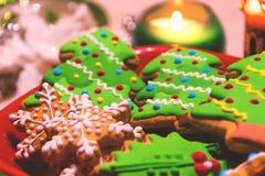 Julpepparkakakakor och stearinljus på tabellen arkivfoto
