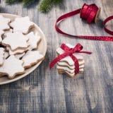 Julpepparkakakakor på en platta royaltyfri bild