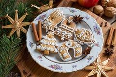Julpepparkakakakor på en trätabell fotografering för bildbyråer