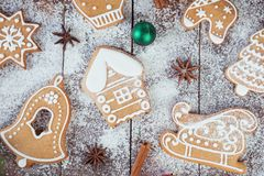 Julpepparkakakakor på träbräden fotografering för bildbyråer