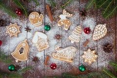 Julpepparkakakakor på träbräden royaltyfria bilder