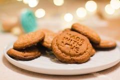 Julpepparkakakakor som göras med förälskelse arkivbild
