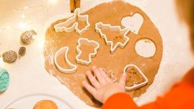 Julpepparkakakakor som göras med förälskelse arkivfoton