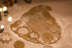 Julpepparkakakakor som göras med förälskelse royaltyfri bild