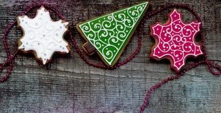 Julpepparkakor på träbakgrund Arkivbild