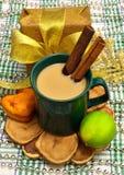 Julplats med en gåva, ett kaffe, en bakning och en limefrukt Royaltyfri Fotografi
