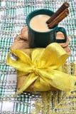 Julplats med en gåva och ett kaffe Arkivbilder