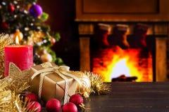 Julplats med spisen och julgranen royaltyfri foto