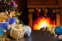 Julplats med spisen och julgranen i backgroen arkivbilder
