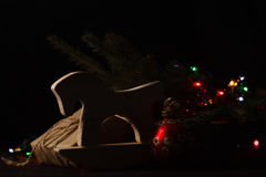 julpresentstree under för julgåvor för ask 3d illustration festligt Royaltyfri Foto
