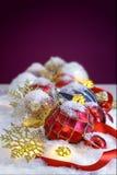 Julprydnadar i snowen Royaltyfri Foto