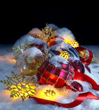 Julprydnadar i snowen Nattjulplats Royaltyfri Fotografi