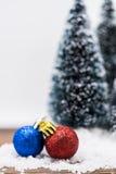 Julprydnadar på snow Arkivbilder