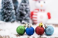 Julprydnadar på snow Arkivfoton