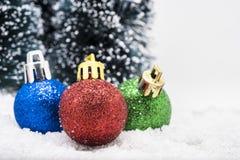 Julprydnadar på snow Royaltyfria Bilder