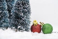Julprydnadar på snow Royaltyfri Fotografi