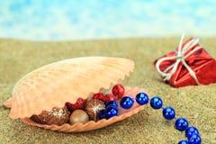 Julprydnadar på stranden Royaltyfri Foto
